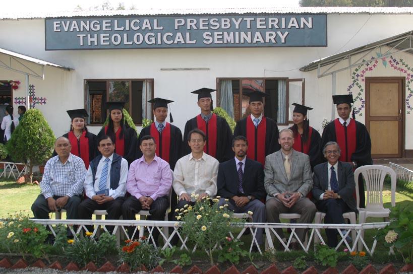 졸업생들과 이사진.jpg